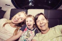 Les amis féminins joyeux ont l'amusement et prennent le selfie Photos libres de droits