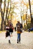 Les amis féminins multiraciaux marchant pendant l'automne se garent Photos libres de droits