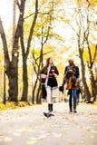 Les amis féminins multiraciaux marchant pendant l'automne se garent Images libres de droits