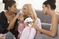 Filles consolant l'ami pleurant à la maison Photo libre de droits