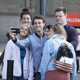 Les amis font des selfies au téléphone Image stock
