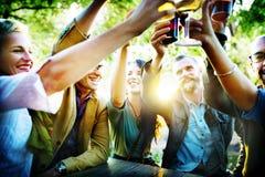Les amis font la fête dehors le concept de bonheur de célébration Image stock