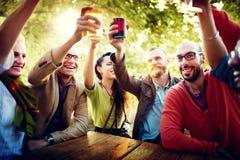 Les amis font la fête dehors le concept de bonheur de célébration Photographie stock