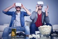 Les amis gais observent le casque moderne Images stock