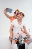 Les amis gais se photographient sur la motocyclette Photo libre de droits