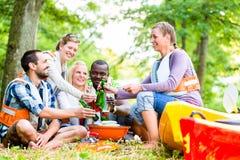 Les amis grillent tout entier après des sports en bière potable de forêt Photos libres de droits
