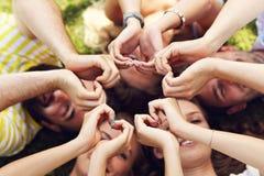 Les amis groupent avoir l'amusement ensemble sur l'herbe Photos libres de droits