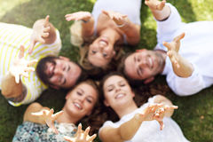 Les amis groupent avoir l'amusement ensemble sur l'herbe Photo libre de droits