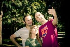 Les amis groupent prendre un selfie photographie stock libre de droits