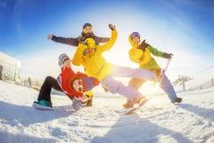 Les amis heureux à la station de sports d'hiver ont l'amusement Photo stock