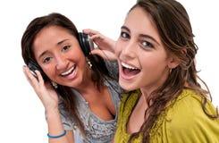 Les amis heureux écoutent musique Image stock