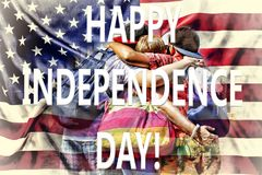 Les amis heureux étreignent sur le fond du drapeau des USA Concept : Célébration du Jour de la Déclaration d'Indépendance Image libre de droits
