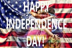 Les amis heureux étreignent sur le fond du drapeau des USA Concept : Célébration du Jour de la Déclaration d'Indépendance Photo libre de droits