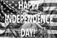 Les amis heureux étreignent sur le fond du drapeau des USA Rebecca 36 Concept : Célébration du Jour de la Déclaration d'Indépenda Photo libre de droits