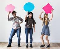 Les amis heureux asiatiques, de Caucasien et d'Afro-américain de femmes tenant la parole de copyspace bouillonnent Photos stock