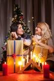 Les amis heureux avec de grands boîte-cadeau dans Noël ont décoré la pièce Photographie stock