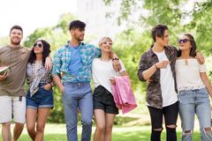 Les amis heureux avec la couverture de pique-nique à l'été se garent Image libre de droits