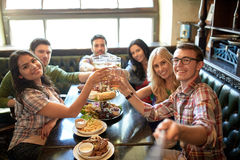 Les amis heureux avec le selfie collent à la barre ou au bar Photos libres de droits