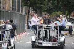 Les amis heureux célèbrent le mariage, pédalent le pedalbus, bière de boissons Photo libre de droits