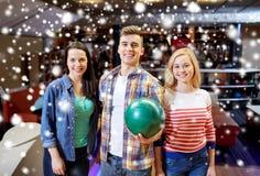 Les amis heureux dans le bowling matraquent à la saison d'hiver Images libres de droits