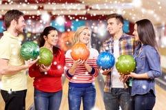 Les amis heureux dans le bowling matraquent à la saison d'hiver Images stock