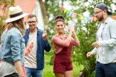 Les amis heureux dansant à l'été font la fête dans le jardin Images libres de droits