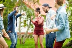 Les amis heureux dansant à l'été font la fête dans le jardin Photo libre de droits
