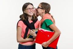 Les amis heureux de lycée sont des adolescentes, entretien et secret Image stock