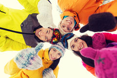 Les amis heureux en hiver vêtx dehors Images stock