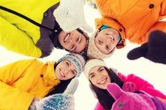 Les amis heureux en hiver vêtx dehors Images libres de droits
