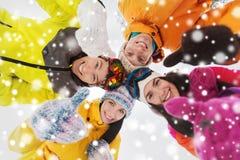 Les amis heureux en hiver vêtx dehors Photo stock