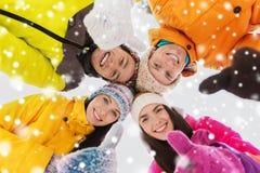 Les amis heureux en hiver vêtx dehors Image libre de droits