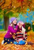 Les amis heureux, filles jouant en automne vibrant se garent Photos libres de droits