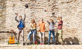 Les amis heureux groupent avoir encourager extérieur d'amusement avec des confettis Images stock