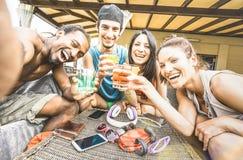 Les amis heureux multiraciaux groupent prendre le selfie d'été et l'avoir Photo stock