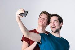 Les amis heureux prennent le selfie Photographie stock libre de droits