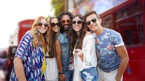 Les amis hippies de sourire avec le selfie collent à Londres Images libres de droits