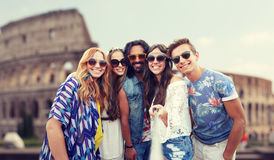 Les amis hippies heureux avec le selfie collent au Colisé Image stock