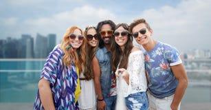 Les amis hippies heureux avec le selfie collent au-dessus de la ville Images libres de droits