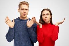 Les amis incertains a horrifié l'expression naïve, répand les mains, regards fixes avec le choc Concept humain négatif de réactio image stock