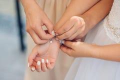 Les amis intimes de la jeune mariée aide sa robe Photographie stock