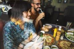 Les amis mangeant de la pizza font la fête ensemble le concept Images stock