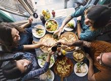 Les amis mangeant de la pizza font la fête ensemble le concept Photographie stock libre de droits