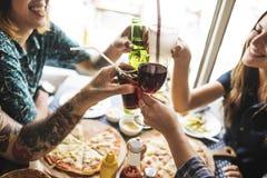 Les amis mangeant de la pizza font la fête ensemble le concept Image stock