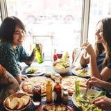 Les amis mangeant de la pizza font la fête ensemble le concept Photos libres de droits