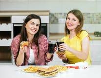 Les amis mangent des aliments de préparation rapide Image stock
