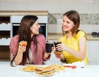 Les amis mangent des aliments de préparation rapide Photo libre de droits