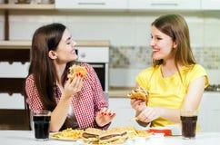 Les amis mangent des aliments de préparation rapide Photographie stock libre de droits