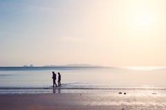 Les amis marchant en mer échouent, saison d'été isolée Images libres de droits
