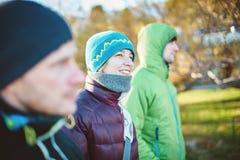 Les amis marchent pendant l'hiver un jour froid ensoleillé Images stock